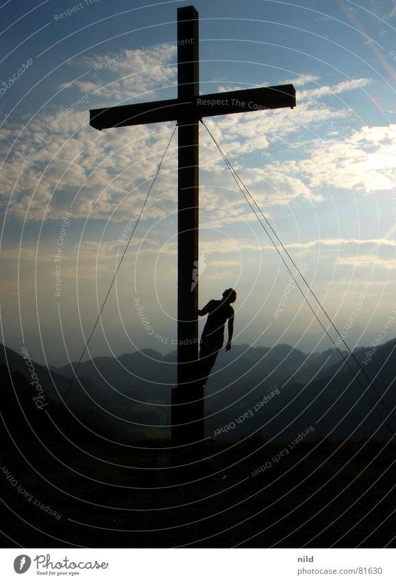 Selina am Kreuz II Gipfel Gegenlicht Brille Holz Physik Ferien & Urlaub & Reisen Bergsteigen ruhig Bayern Bundesland Tirol Bergkette Alm verdunkeln Bergwiese