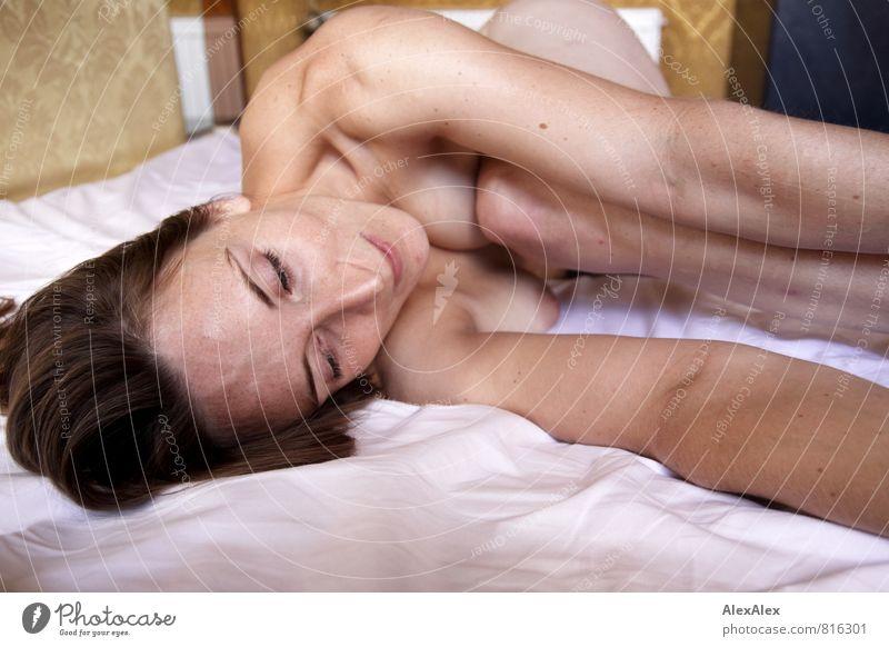 Parallelwelt hinterm Fenster Junge Frau Jugendliche Haut Frauenbrust Arme Gesicht Sommersprossen Schulter 18-30 Jahre Erwachsene nackt brünett langhaarig