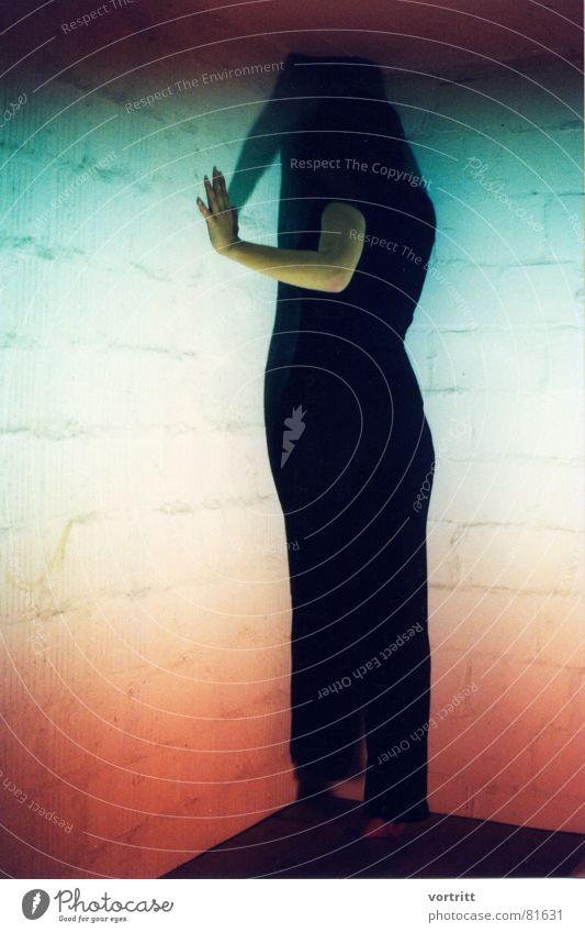 abgewendet Frau Hand schwarz Farbe dunkel Wand Mauer Kunst Arme Ecke Körperhaltung Dame Reihe Geister u. Gespenster mystisch Zauberei u. Magie