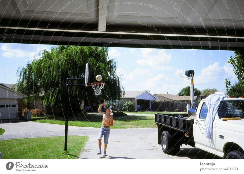 Straßenszene in Amerika, Vorstadt, Basketballkorb Pickup Korb USA Truck Gras Garage Garagentor Stab Sommer Spielen Freizeit & Hobby grün Shorts Kultur