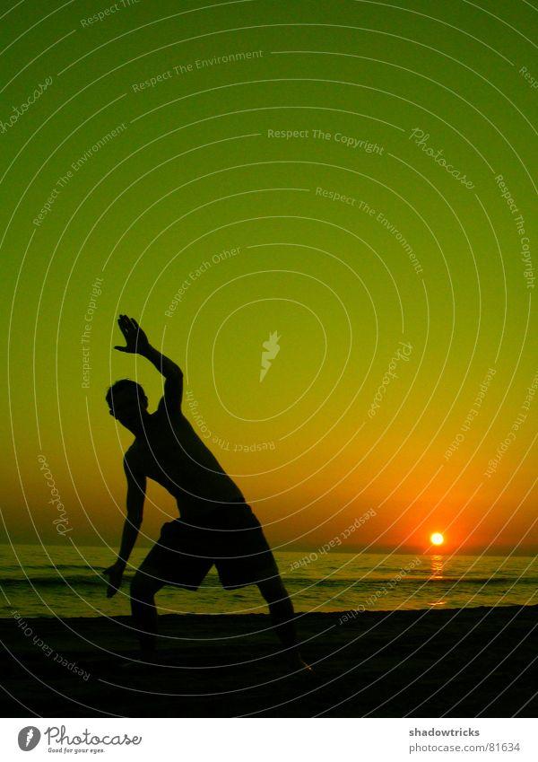 HELLO! Gegenlicht springen Wolken rot grün gelb Lebensfreude Körperhaltung Brasilien Sonnenuntergang Sonnenaufgang Turnen Wohlgefühl Gesundheit leicht Strand