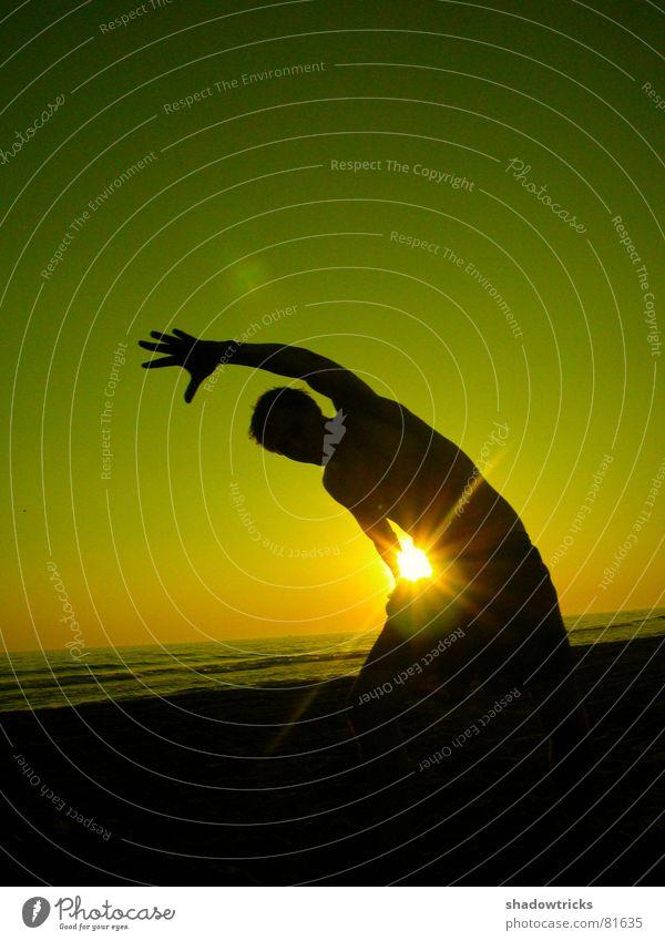 HELLO! 2te Gegenlicht springen Wolken rot grün gelb Lebensfreude Körperhaltung Brasilien Sonnenuntergang Sonnenaufgang Turnen Wohlgefühl Gesundheit leicht