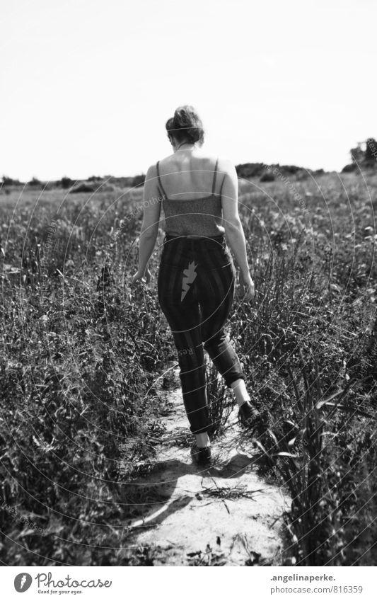 summerlove Schwarzweißfoto Frau Rückansicht laufen Bewegung Feld Sommer Sonne Wege & Pfade schön Wärme