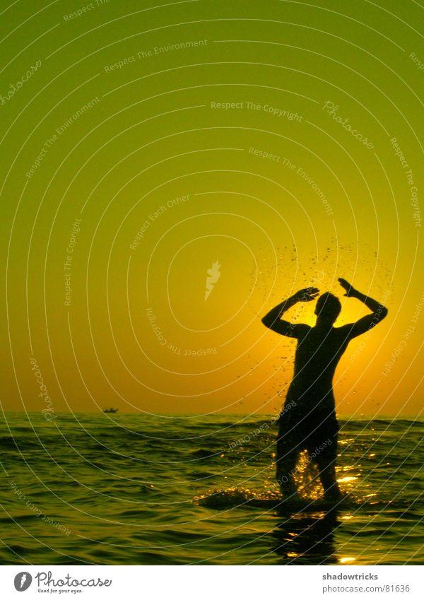 AM MEER Mensch Wasser Himmel Sonne Meer grün rot Freude Strand Wolken gelb Farbe Sport Gefühle springen Spielen