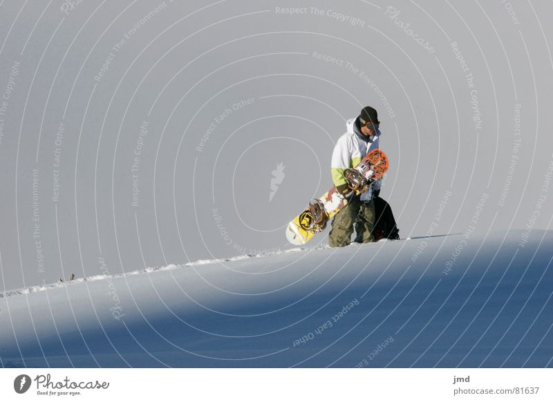 Mike Hiking Jugendliche Freude Schnee Stil Sport Freizeit & Hobby Nebel stehen laufen tragen Snowboard Wintersport Winterurlaub Freestyle Schneedecke Resort