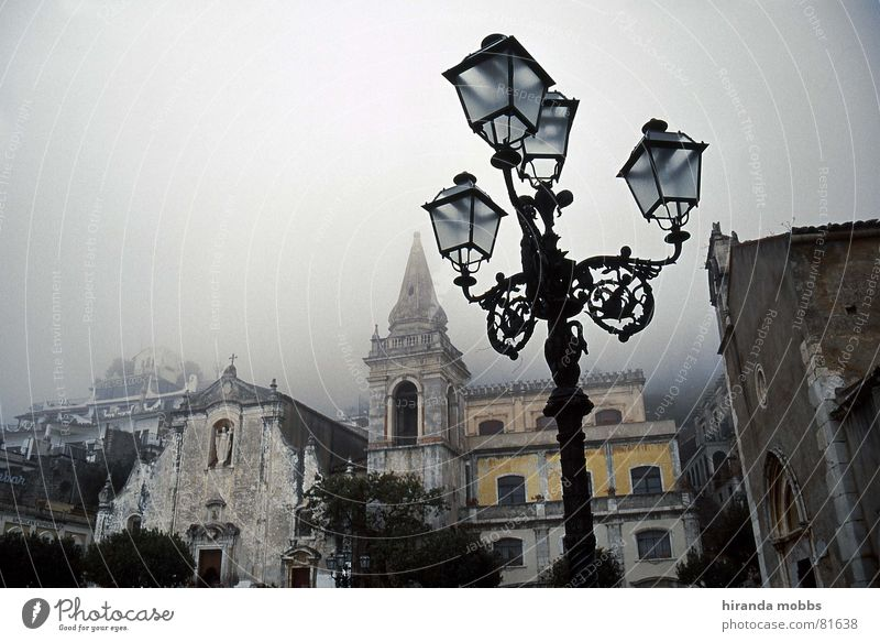 Taormina bei Nebel ruhig Einsamkeit Traurigkeit Religion & Glaube Trauer trist Italien Laterne historisch Verkehrswege Ödland Schleier Altstadt Gotteshäuser