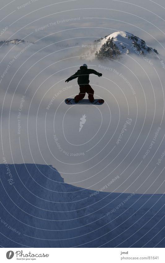 Shifty ins Niemandsland Jugendliche Freude Schnee Stil Sport fliegen springen Freizeit & Hobby Nebel hoch Gipfel fahren Körperhaltung Schneebedeckte Gipfel Mut drehen