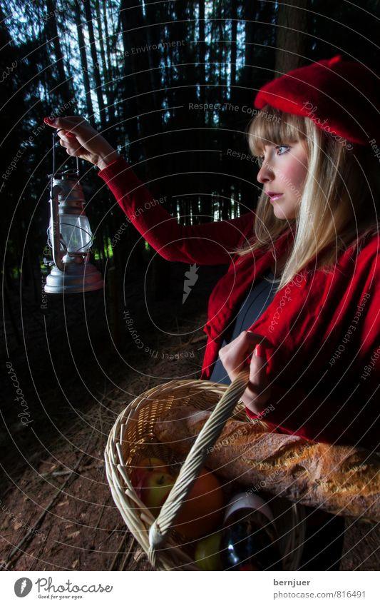 Rotkäppchen Lebensmittel Brot Wein Mensch feminin Junge Frau Jugendliche 18-30 Jahre Erwachsene Bekleidung Hut beret blond Blick Kitsch Gefühle