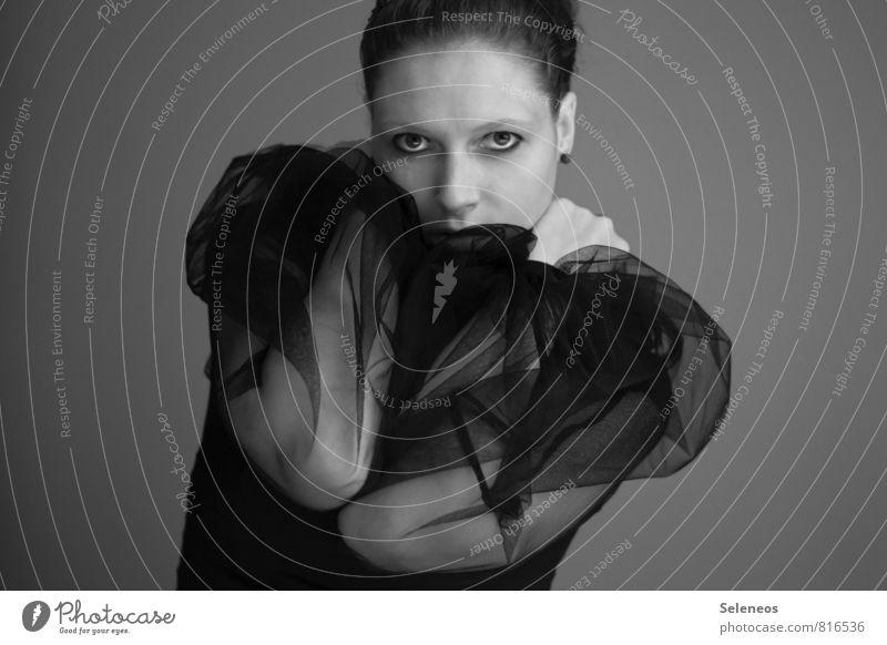 . schön Körper Haare & Frisuren Haut Gesicht Mensch feminin Frau Erwachsene Kopf Auge Nase 1 18-30 Jahre Jugendliche Mode T-Shirt schwarz Tüll Schwarzweißfoto