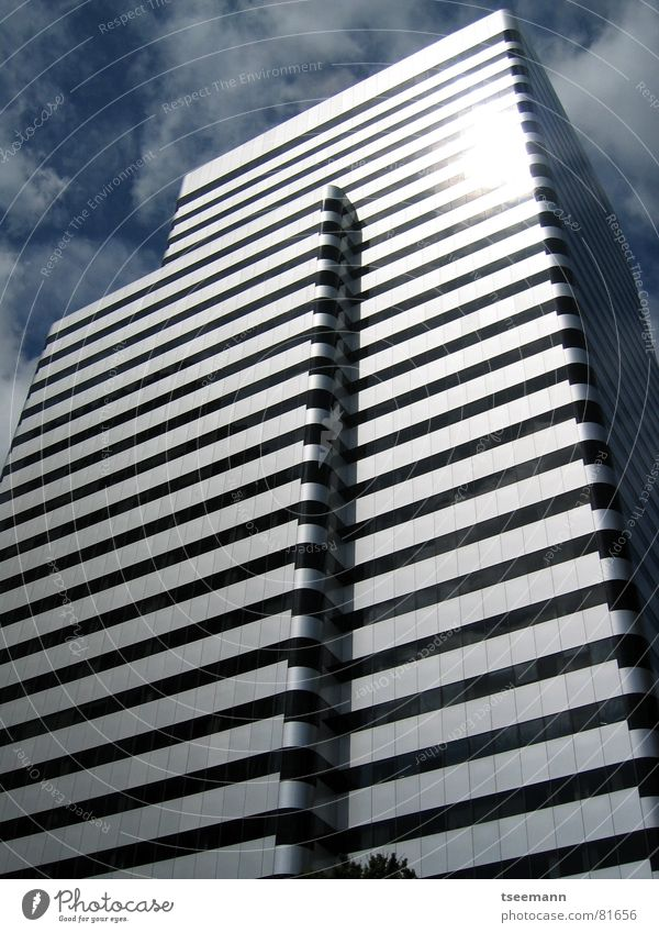 ...in Silber-Streifen Stadt Gebäude Hochhaus Futurismus Wolken Reflexion & Spiegelung schwarz Fenster Haus Oregon Portland USA modern blau Himmel Sonne silber