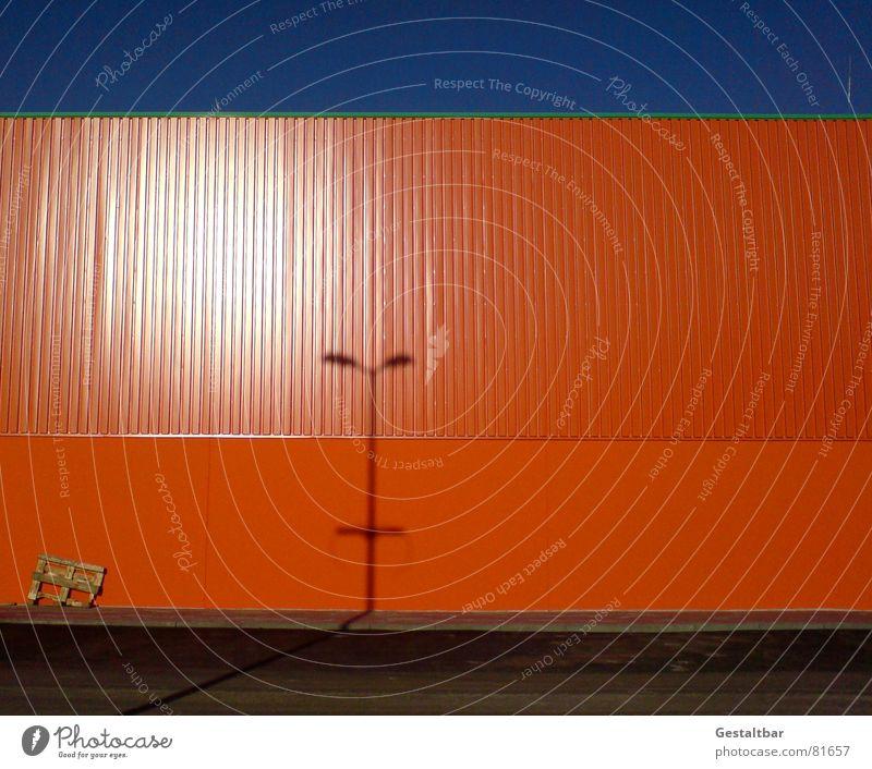 Orange Blue I Fabrik Wand Lampe Paletten Lagerhalle Gelände orange verdunkeln Lagerhaus gestaltbar Industrie Schatten Himmel warendepot warenspeicher