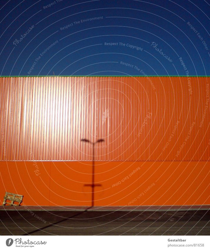 Orange Blue II gestaltbar Fabrik Wand Lampe Paletten Lagerhalle Gelände orange verdunkeln Lagerhaus Industrie Schatten Himmel warendepot warenspeicher