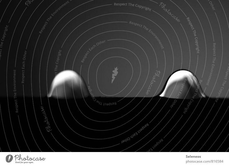 Eine Insel mit zwei Bergen Umwelt Natur Wasser Wassertropfen Regen Flüssigkeit nah nass natürlich rein Schwarzweißfoto Innenaufnahme Nahaufnahme Detailaufnahme