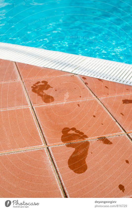 Fußabdrücke von nackten Füßen zum Schwimmbad Freizeit & Hobby Ferien & Urlaub & Reisen Ausflug Sommer Meer Mensch Natur Küste Wege & Pfade Stein Fußspur
