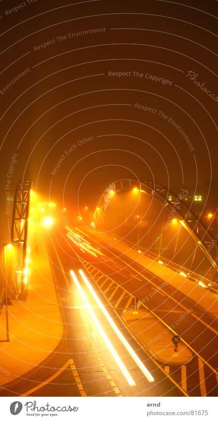 Brückennebel Himmel Haus Straße Lampe dunkel Fenster PKW Verkehr fahren Streifen Bürgersteig Ampel Straßenbeleuchtung Fußgänger Scheinwerfer