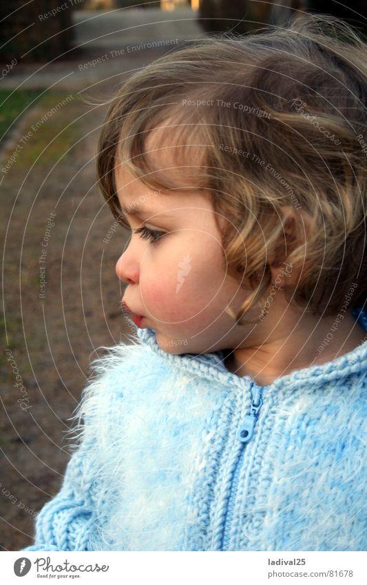 Schnutenprinzessin Farbfoto Außenaufnahme Abend Profil Blick Blick nach unten Kind Kleinkind Mund Lippen Jacke Mantel Locken klein blau winzig Täufling