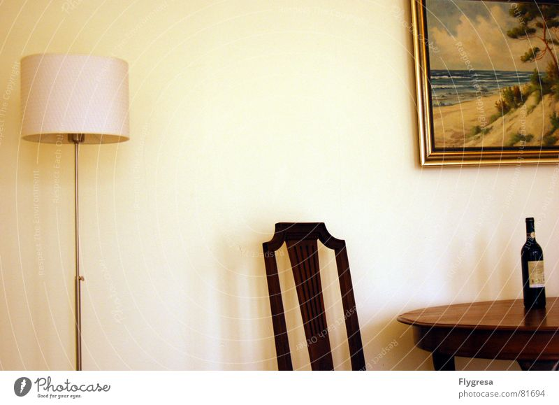 Wir sind nirgends und es ist jetzt. Einsamkeit ruhig Ernährung Lampe Tisch Stuhl Bild Wein Gemälde Flasche Wohnzimmer Momentaufnahme Stillleben Villa Haus Landhaus