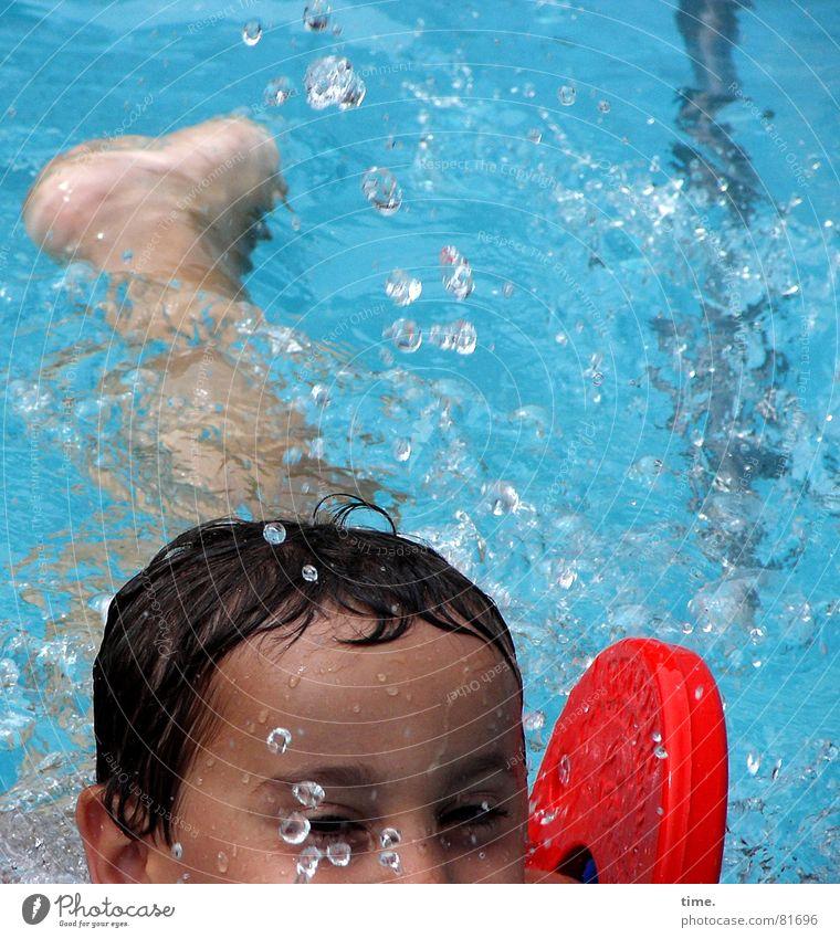 Bade-Meister Farbfoto Außenaufnahme Tag Freude Haare & Frisuren Schwimmen & Baden Spielen Sonnenbad Sport Wassersport Schwimmbad Junge Auge Beine Fuß Locken