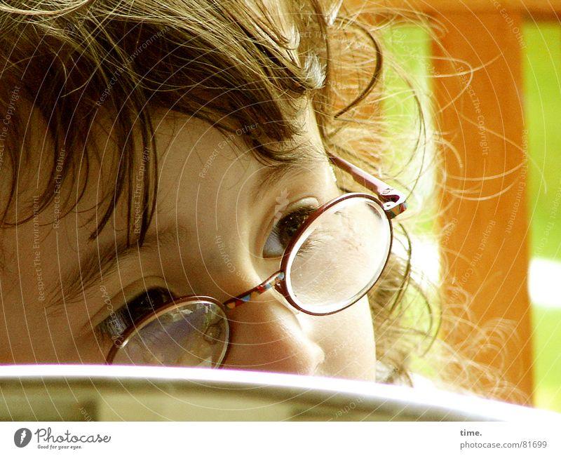 Lüdde Diop-Trine Blick Glas Haare & Frisuren Garten Tisch Flirten Bildung Kindergarten Mädchen Auge Brille Locken Pony Denken klein braun grün achtsam