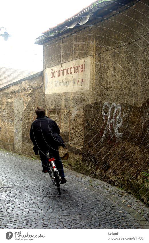 Linkskurve Weimar Fahrrad grau braun schwarz rot Geschwindigkeit Putz Verkehr kopfsteinpflaster schuhmacherei Silhouette Kurve Freiheit Eile Graffiti