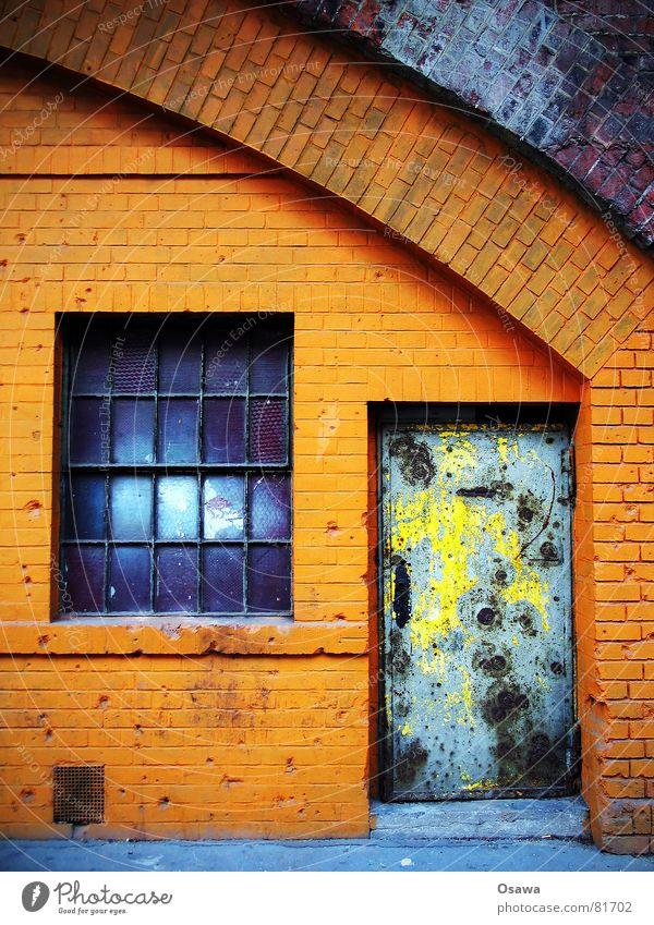 Häuserkampf Berlin Fenster Stein Mauer orange Tür Kugel Tor verfallen Backstein historisch Eingang Loch Krieg Griff Waffe