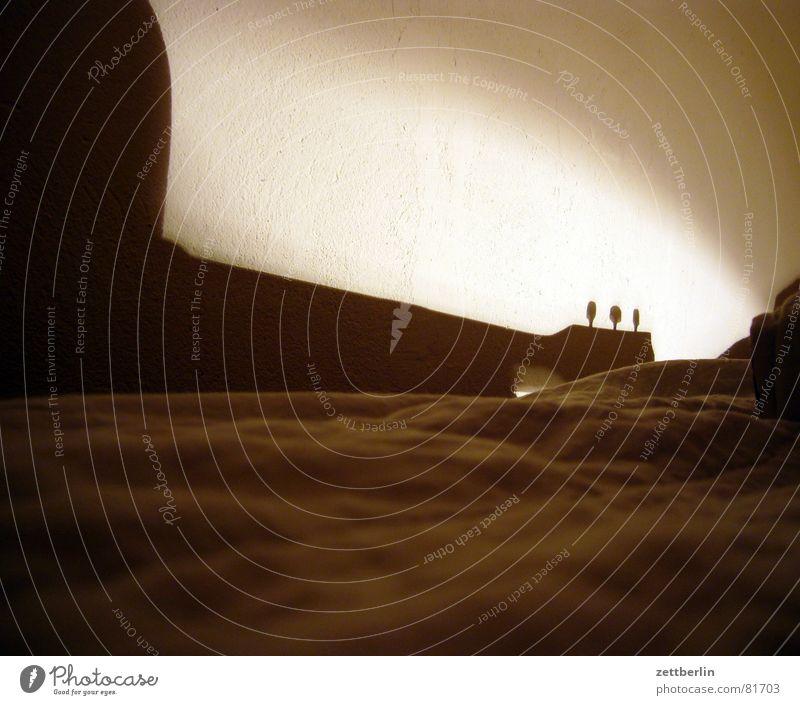 Gitarre zur Nacht Luftkissenboot Bett Liege Pritsche Lampe Wand Putz schlafen Mauer Einsamkeit Anlegestelle Ruhemöbel ruhen Schatten Sofa Schattendasein Konzert