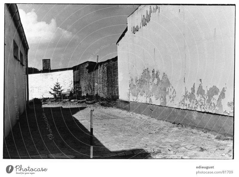 der lange Weg des Schattens Himmel Haus Wolken Straße Architektur Altbau