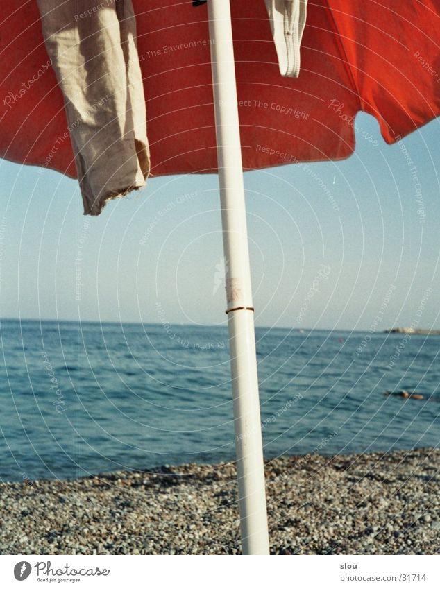 """... und """"Mehr"""" Sommer Strand Meer Bekleidung Kies Sonnenschirm Stab Italien Süden grau beige Ständer Sizilien entkleiden steinig lässig Wellen Küste mehr Wasser"""