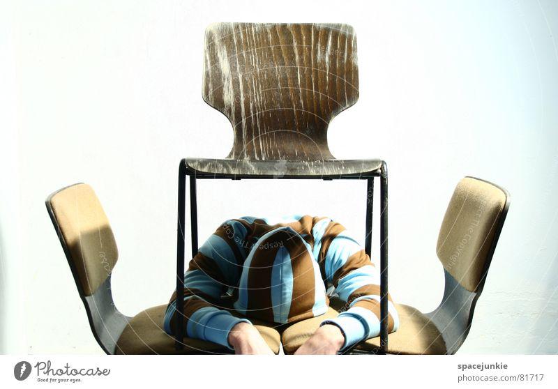 Zwischen allen Stühlen Mensch Mann Hand Büro Stuhl schreiben unten Pullover skurril Sitzgelegenheit seltsam Versteck Stuhllehne Redewendung Büroarbeit Sprichwort