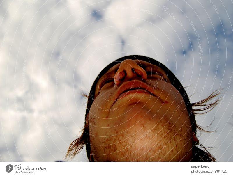 021 Mann Porträt Wolken Mensch Himmel Gesicht Wind Nase Mund Auge Blick Perspektive Konzentration Richtung unrasiert Froschperspektive Männergesicht Männerkinn