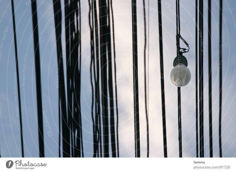 Kabelsalat Himmel blau Elektrizität Kabel Technik & Technologie Asien durcheinander Glühbirne Leitung Thailand Fortschritt Alltagsfotografie veraltet Elektrisches Gerät Kabelsalat