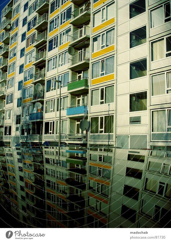 LEBENSMITTELPUNKT Stadt blau Wasser Wolken Haus dunkel Fenster gelb Straße Leben Architektur Traurigkeit Gefühle Herbst Gebäude Freiheit
