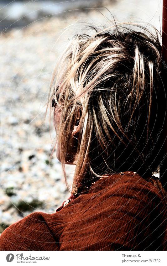 Rückenwind Frau Meer rot Strand Gefühle Haare & Frisuren Kopf Stein See braun Küste blond Wind Sturm Dame Sonnenbad
