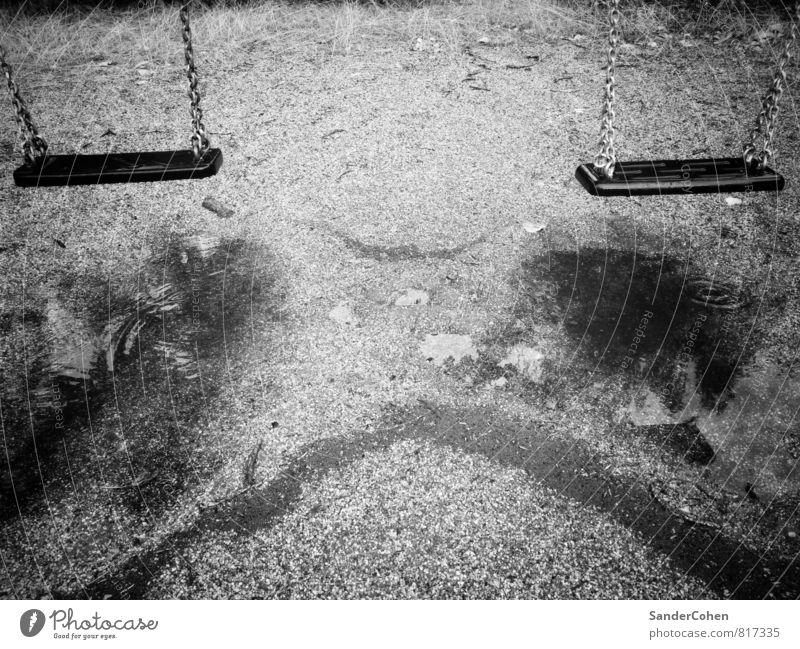 Schaukeln fällt heute ins Wasser Stadt Sommer weiß schwarz Bewegung Berlin Spielen Sand Regen Park Wetter sitzen Wassertropfen Europa hängen