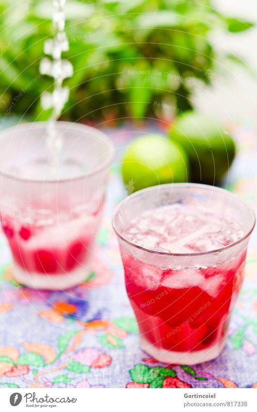 Wasserfall Getränk Erfrischungsgetränk Trinkwasser Saft Longdrink Cocktail Glas kalt lecker grün rot Limonade Eiswürfel Limone Cocktailbar eingießen füllen