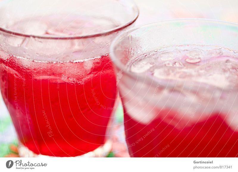 Erfrischung Lebensmittel Getränk Erfrischungsgetränk Saft Longdrink Cocktail Glas kalt lecker süß rot Eiswürfel Limonade Farbfoto Studioaufnahme