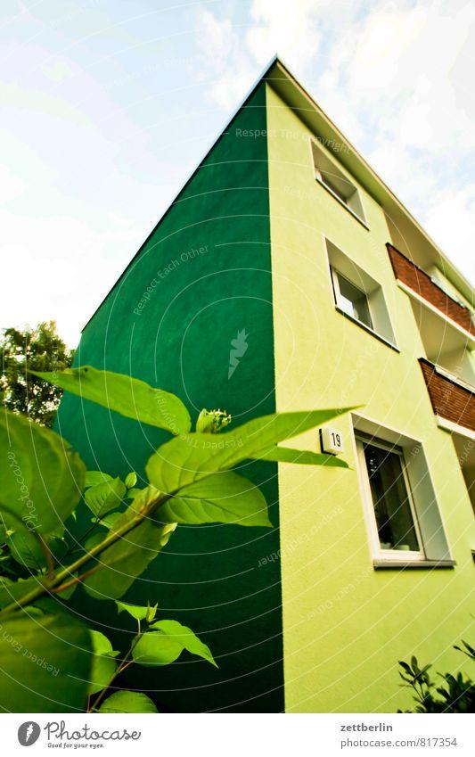 Haus mit komischer Farbe Wohnhaus Ecke Nische Wohngebiet Stadt Vorstadt Fassade Fenster privat Vorderseite Fensterfront Mehrfamilienhaus Versteck Sträucher