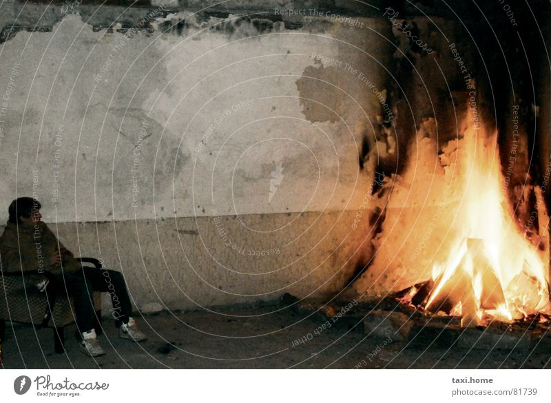 Offener Kamin Winter Einsamkeit Ferne Herbst Leben kalt Wand Wärme Deutschland Wohnung Arme sitzen warten Armut Brand Energiewirtschaft