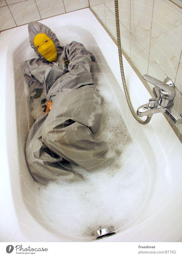 grau™ - in der badewanne Bad gelb grau-gelb Anzug rot Gummi Kunst dumm sinnlos ungefährlich verrückt lustig Freude Badewanne Schaum Kunsthandwerk abstrakt Maske