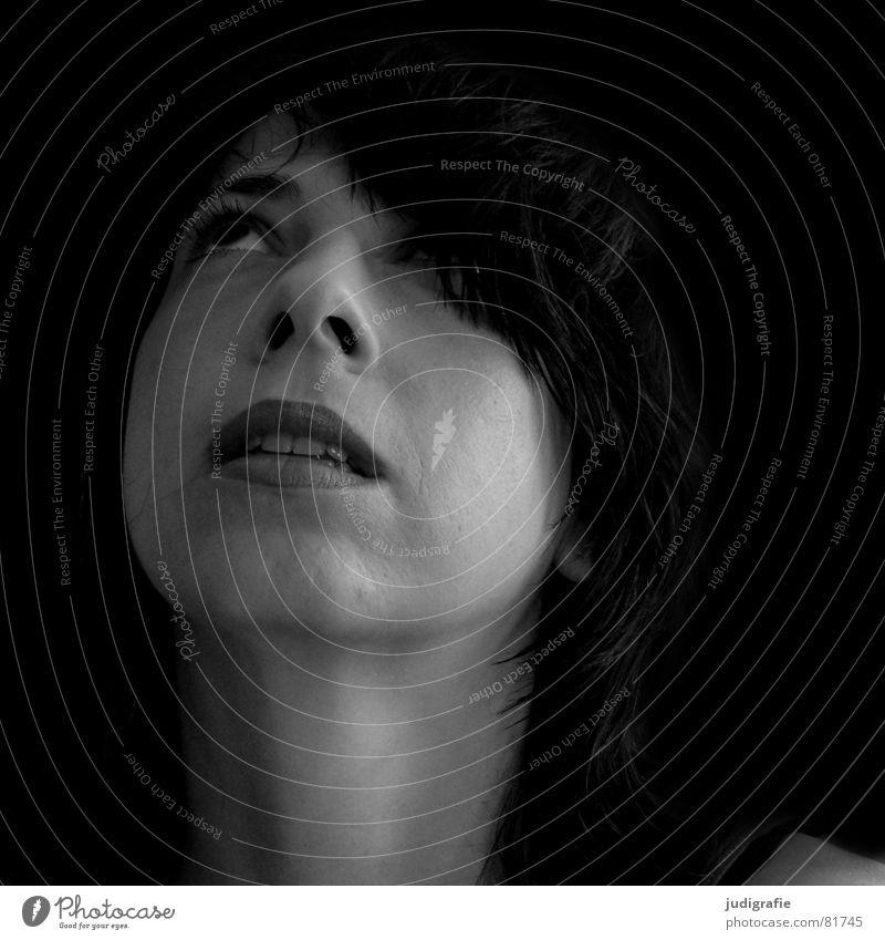 Fragen über Fragen Porträt Frau schwarz weiß skeptisch Denken Haare & Frisuren Haarsträhne Lippen Kinn Schwarzweißfoto Mensch Gesicht Blick aufwärts beobachten