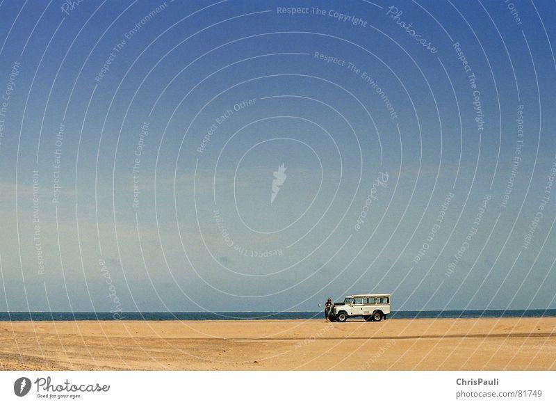 Herr Öl Himmel blau Meer Einsamkeit Ferne Sand PKW See Horizont Verkehr mehrere Wüste KFZ Afrika Aussicht verloren