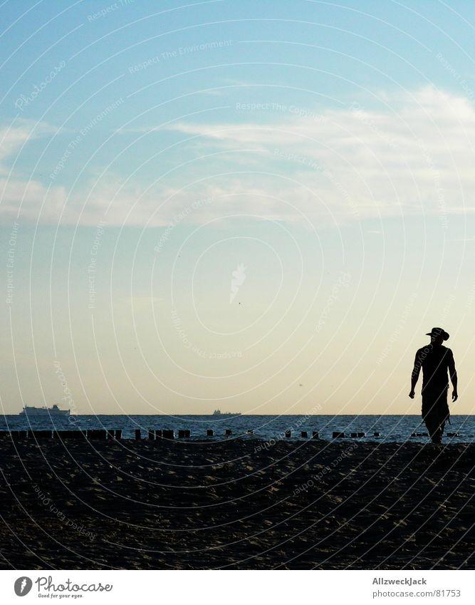 Ein Cowboy auf Rügen Mann Wasser Himmel Meer Sommer Strand Wolken Einsamkeit Sand Schuhe Wasserfahrzeug Küste gehen laufen Horizont Spaziergang