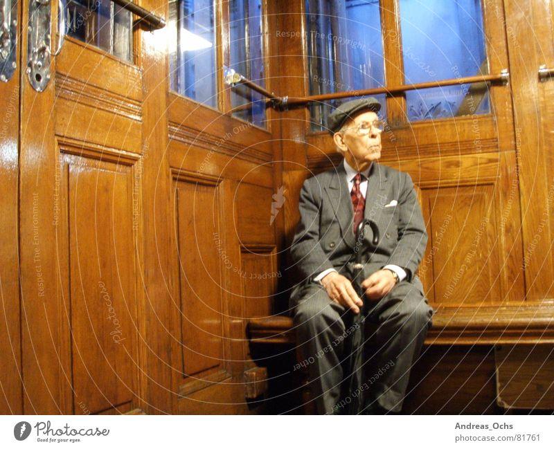 Alter Mann Aufzug Lissabon Fahrstuhl Denken Senior Mensch Technik & Technologie