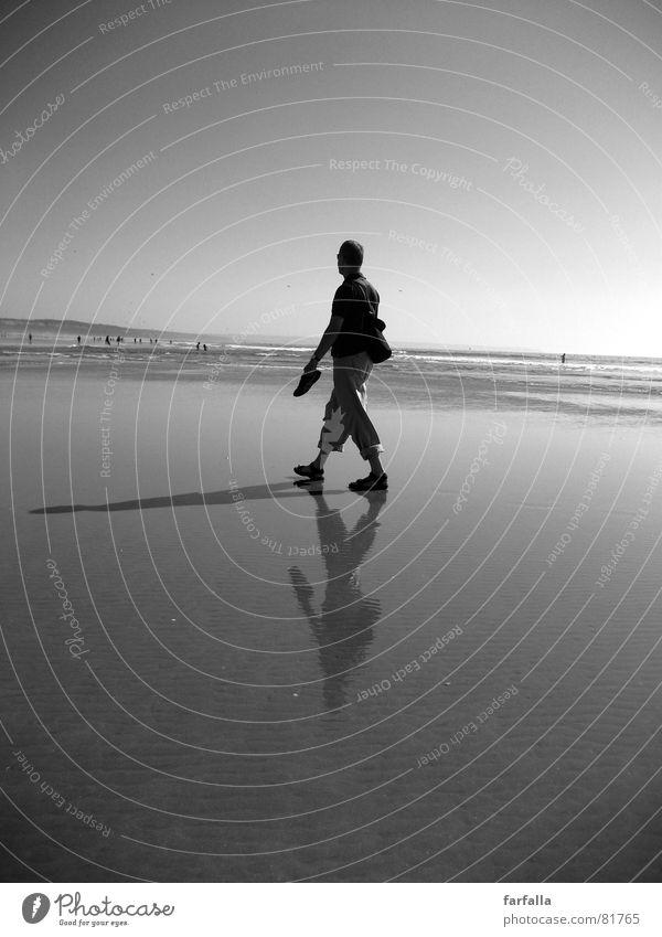 Der Schatten Strand Reflexion & Spiegelung Einsamkeit 3 Küste man alone lonely shadow reflection Schwarzweißfoto reflektion