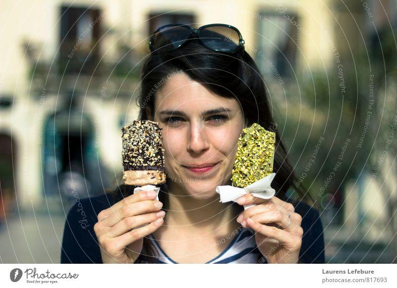 Italienisches Eis Speiseeis Schokolade Pistazie Diät genießen Erotik grün Freude Glück Fröhlichkeit kaufen Farbfoto mehrfarbig Blick in die Kamera