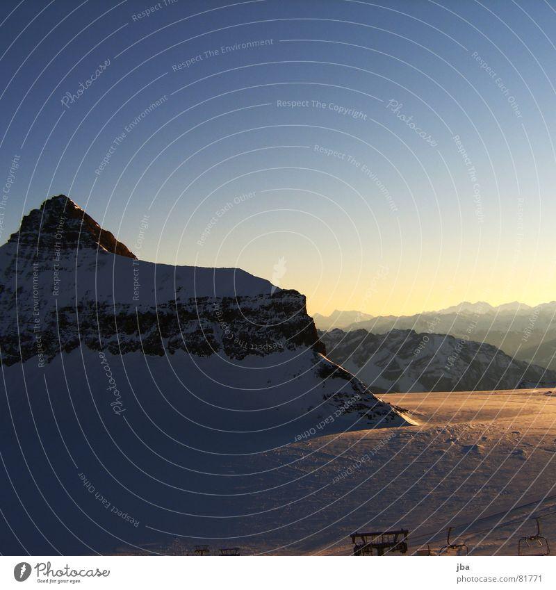 Oldenhorn {3122m.ü.M} Gipfel Ferne Sonnenaufgang Schnee Gletscher Morgen schön Horizont Winter Neuschnee frisch Schneeberg Glacier Nationalpark Schatten