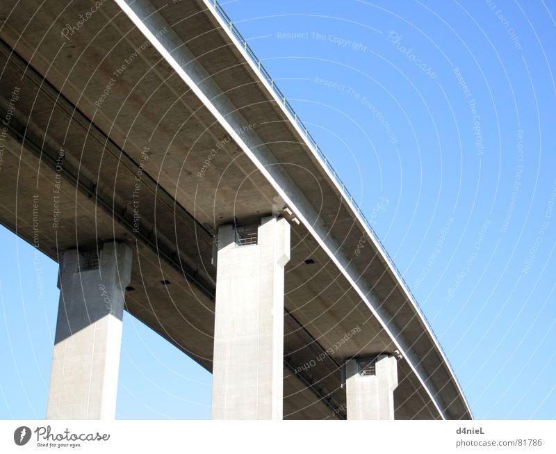 Himmelsbrücke Beton grau Säule ruhig Verkehr himmelblau Lastwagen Güterverkehr & Logistik Brücke Schatten Schönes Wetter Rundfunksendung traffic