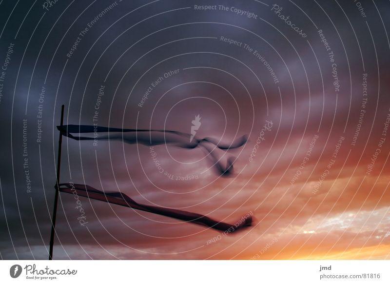 Verweht Dreiklang Farbkreis drohend Sonnenuntergang Stimmung Hoffnung Wolken Fahne Licht kalt Verlauf Farbverlauf Physik Regenbogen Stofffetzen Abenddämmerung