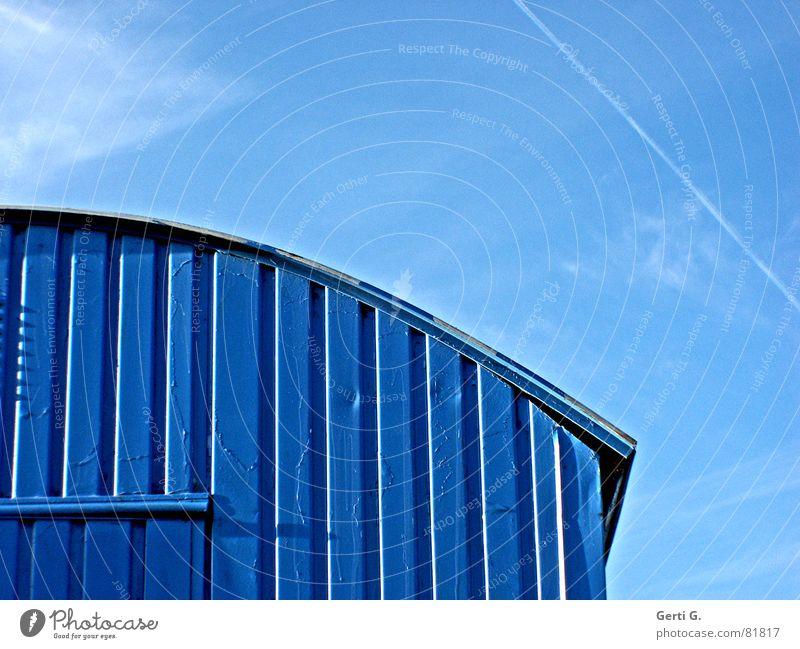 es blaut so blau himmelblau Baustelle Plattenbau Unterkunft Wohnung Ofenrohr himmlisch Bauherr Kondensstreifen Aussteiger Hausbau Wohncontainer Bauwagen