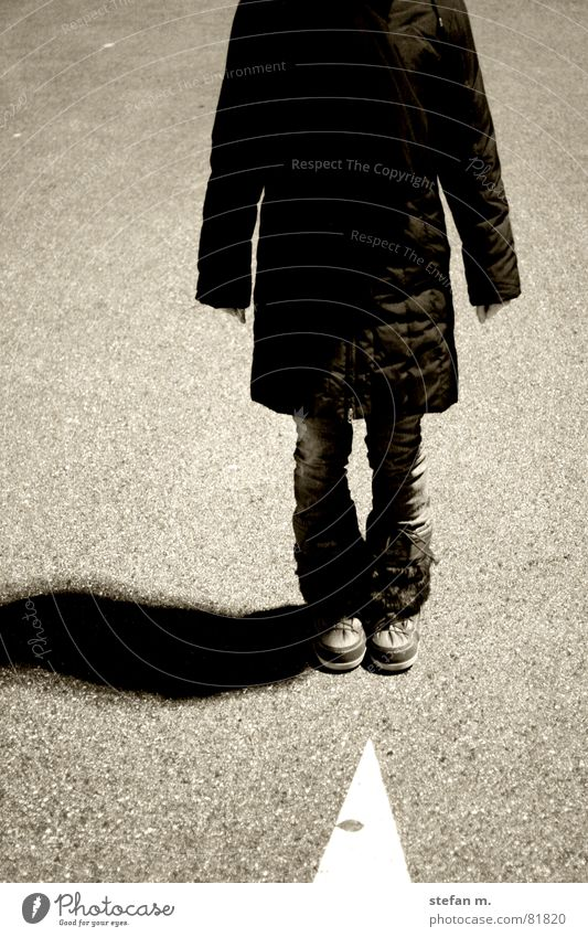 hangtime kopflos Weisheit Nacht Mensch stehen hängen Berghang Hand fest Richtung Mitte Vergänglichkeit brustbild hung rübe ab Schatten Pfeil zeigen Wege & Pfade